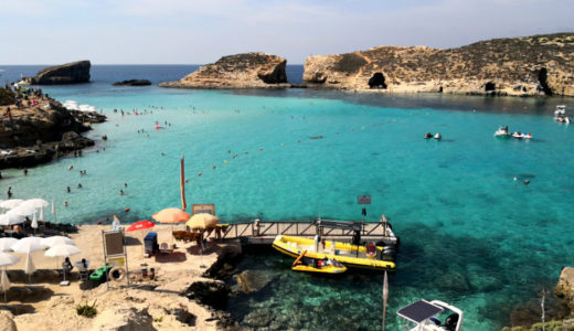 【マルタ】コミノ島の絶景に感動!ブルーラグーンへの行き方 宙に浮いて見える船とは?