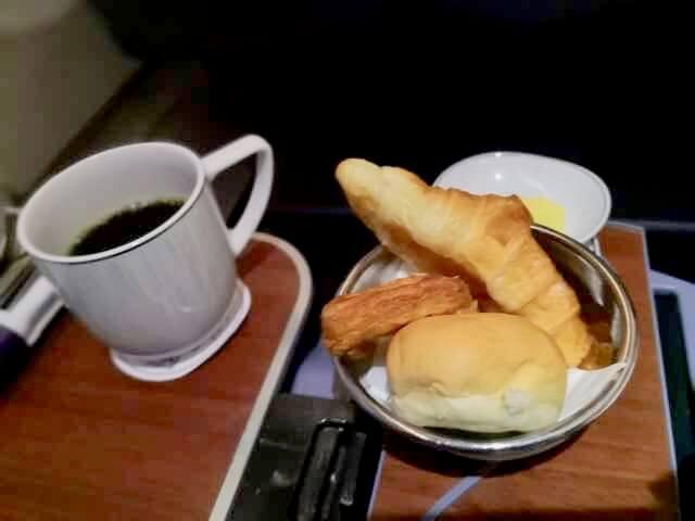 タイ航空ビジネスクラス朝食パンコーヒー