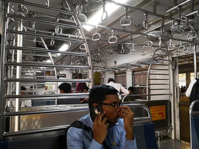 ムンバイ近郊列車車内