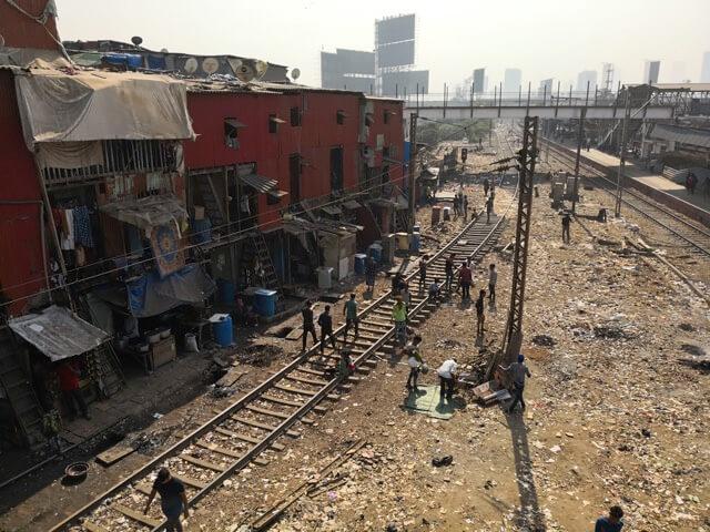 ムンバイで線路の上を歩く人たち