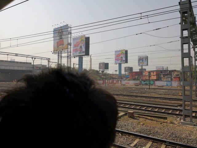 ムンバイで扉を開けたまま走る列車