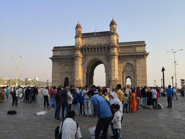 ムンバイのインド門とインド人旅行者達